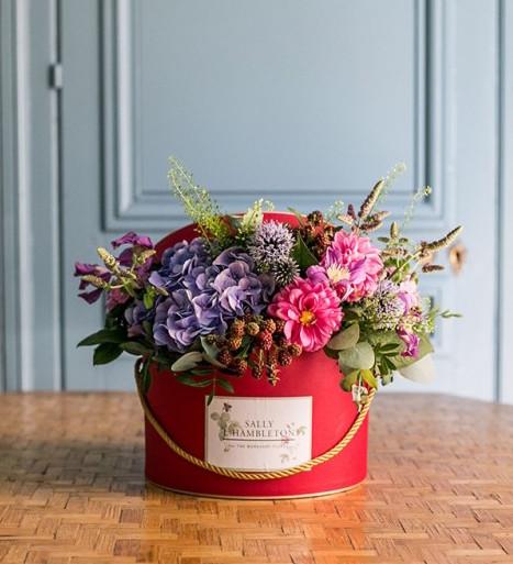 sombrerera-mediana-color-rojo-con-flores-de-temporada
