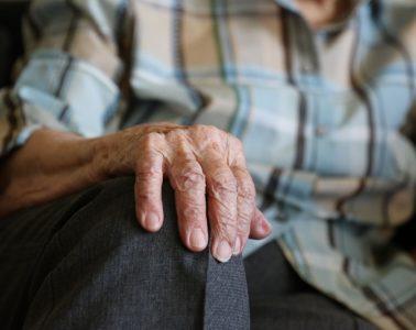 personas solitarias soledad aislamiento manos persona mayor