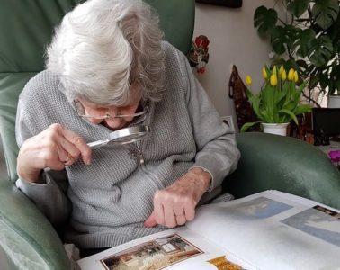 abuela distanciamiento social covid-19