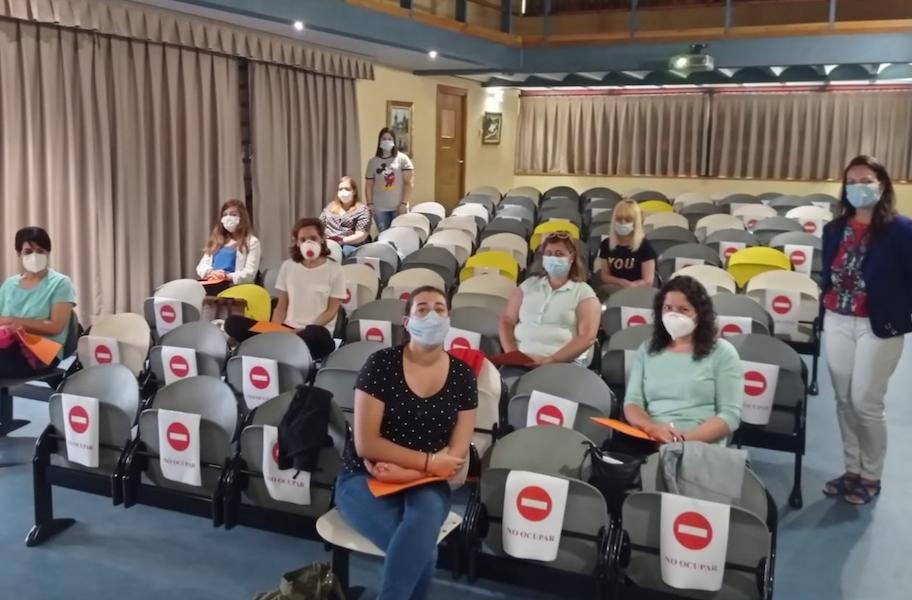 mayores De pie a la derecha la concejala de Derechos Sociales de Carngas del Narcea, Carmen López, junto a parte de las alumnas del curso de formación gerontológica